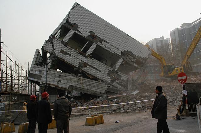 wyburzanie budynków użyteczności publicznej, rozbiórka domu